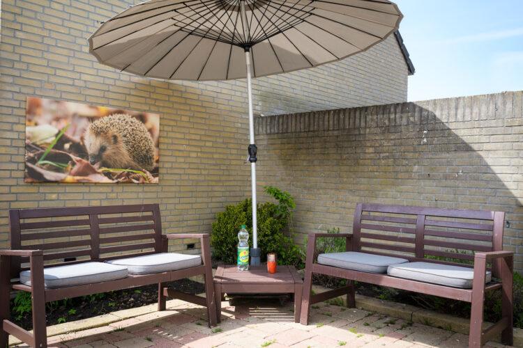 Bij mooi weer kunt u  lekker (coronaveilig) in de tuin wachten